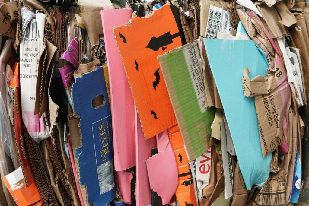 Zusammengepresstes, buntes Altpapier und Verpackungen aus Pappe