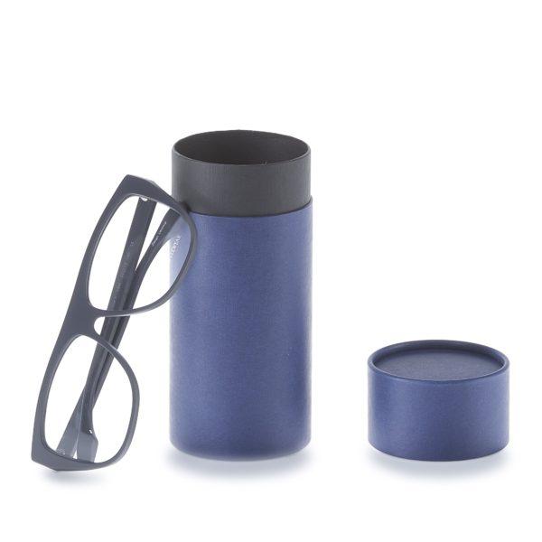 geöffnete 3-teilige betubed Pappdose in dunkelblau, an die eine Brille anlehnt