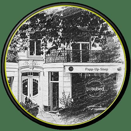 betubed Papp-Up-Shop von außen in schwarz-weiß, in einem runden Rahmen, mit dem betubed Logo als Stempel