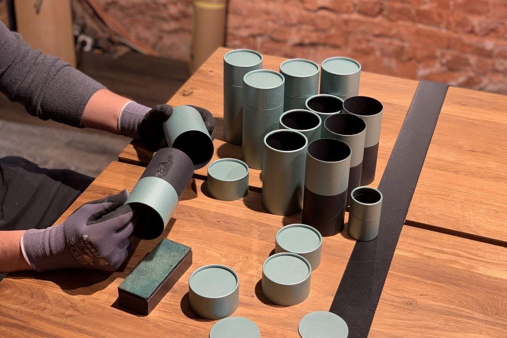 betubend Pappdosen werden handgefertigt