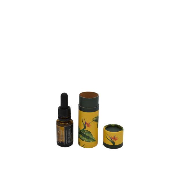 geöffnete betubed Pappdose mit Jungle Motiv: gelber Hintergrund mit grünen Blättern, daneben ein Ölfläschchen